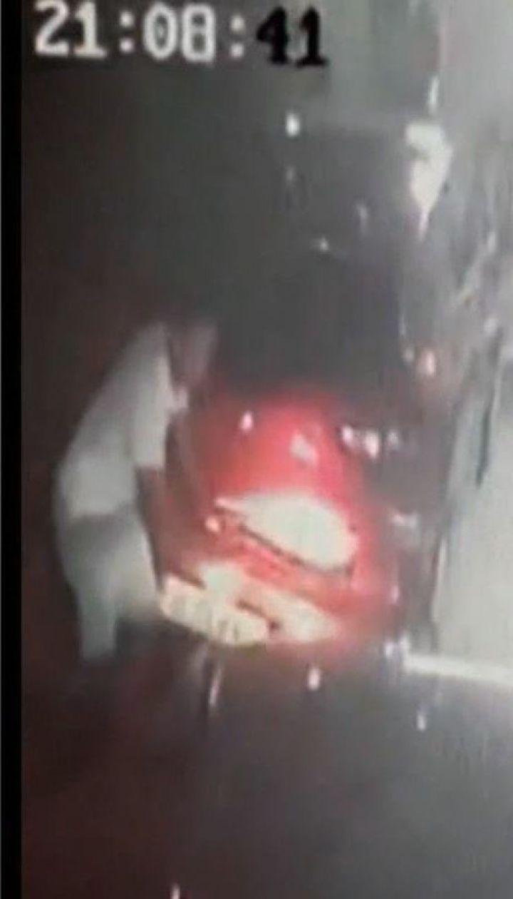 42-летний румын чуть не задавил машиной кассиршу заправки
