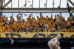 В Нидерландах на футбольном матче забросали трибуны мягкими игрушками для благотворительности