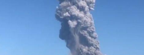 Один из самых активных вулканов Японии изверг пепел на высоту более километра