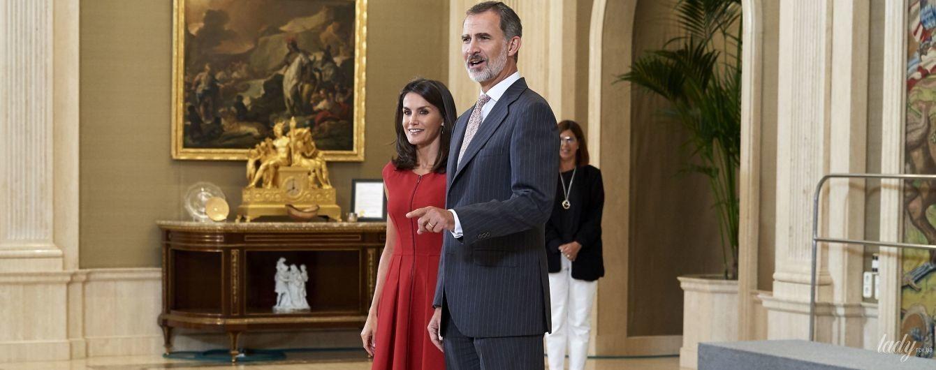 В червоній сукні і туфлях-човниках: королева Летиція з чоловіком-королем на прийомі в палаці