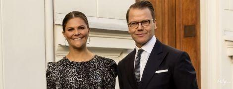 В платье с принтом и с кожаными аксессуарами: стильная кронпринцесса Виктория приехала в Копенгаген