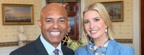 В голубом жакете и белых брюках: деловой лук Иванки Трамп