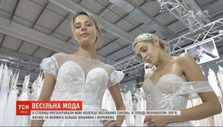 Обнаженные плечи и массивные детали: какие свадебные платья актуальны в 2020 году