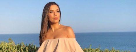 В отличной форме: Ева Лонгория сделала фото в нюдовом платье на фоне моря