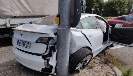 Водій Tesla звернувся до Ілона Маска після серйозної аварії у Швейцарії