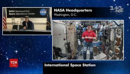 Брэд Питт по телефону пообщался с астронавтами, которые находятся на международной космической станции