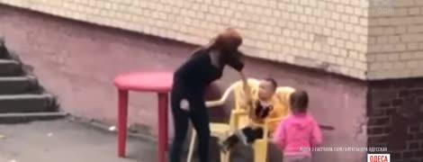 В Одесі спричинило скандал відео, на якому вихователька садка кричить та сіпає дитину