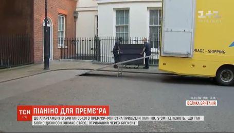 Музыка для Джонсона: к апартаментам британского премьер-министра привезли пианино