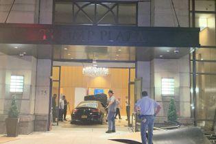 В США Mercedes протаранил вестибюль Trump Plaza, есть пострадавшие