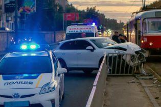 Водитель Porsche смел ограждение и вылетел на трамвайные пути в Днепре
