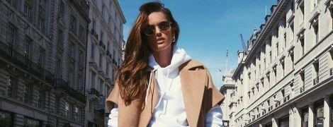 В пальто і джинсових мінішортах: стильна Ізабель Гулар на прогулянці