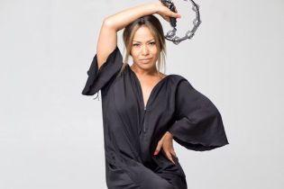 40-летняя Гайтана в коротеньких шортах и лифчике потрясла энергичным танцем