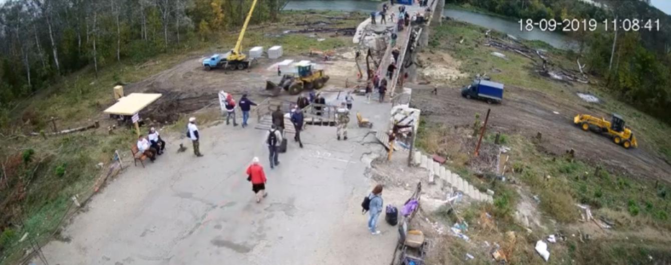 Переодетые в гражданское боевики свободно разведывают позиции ООС в Станице Луганской после разведения сил