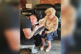 В Великобритании 94-летняя бабушка сделала тату в честь умершего мужа