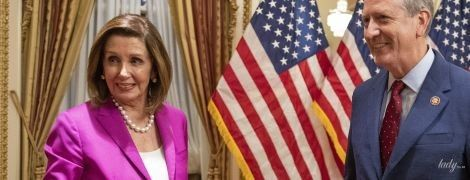 У костюмі кольору фуксії і на шпильках: спікерка палати представників США на урочистій церемонії