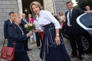 Какая стильная: королева Матильда в красивом луке приехала на мероприятие