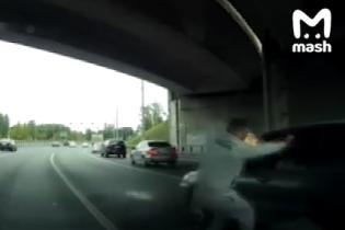 Конфликт водителей в Москве закончился фейерверком за шиворотом. Видео