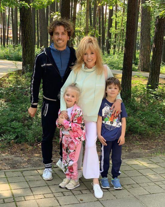 Діти Галкіна і Пугачової зворушливо привітали матір у свій день народження