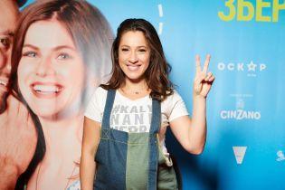 Звезды на премьере комедии: беременная Карпа в джинсовом комбинезоне, Падалко в бордовой водолазке