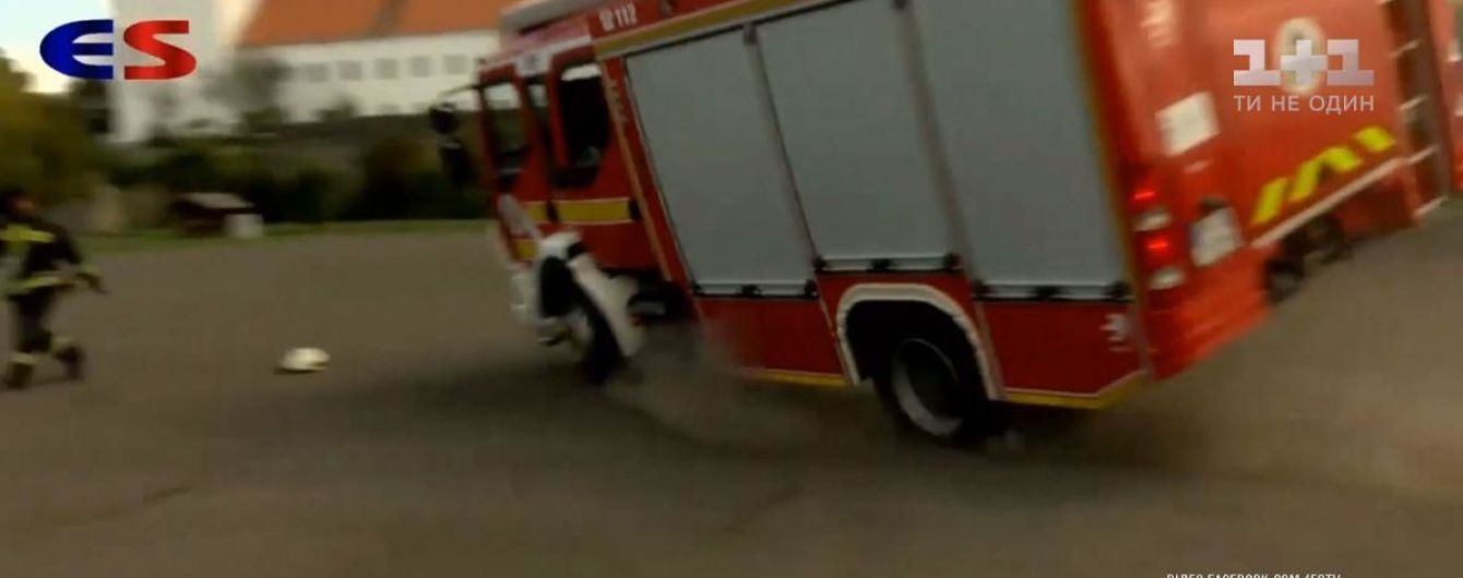 Провальные учения: в Венгрии перевернулась пожарная машина на глазах школьников