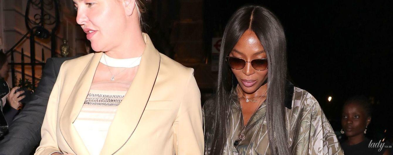 У вбранні кольору попелястого хакі: Наомі Кемпбелл у стильному луці на паті