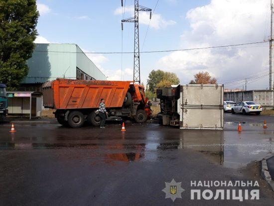 У Харкові зіткнулися дві вантажівки: постраждав водій