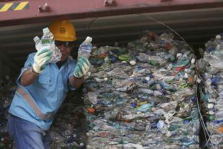 Пластик и грязные подгузники: Индонезия возвращает тонны мусора европейским странам
