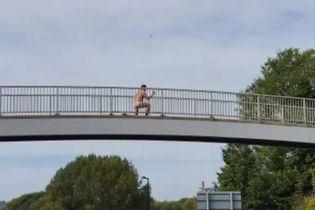 В Великобритании сняли голого чудака, который делал селфи над оживленной дорогой