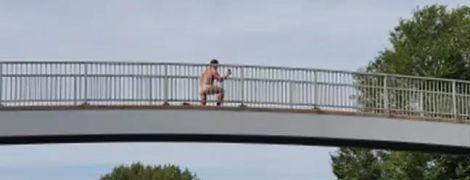 У Великій Британії зняли голого дивака, який робив селфі над жвавою дорогою