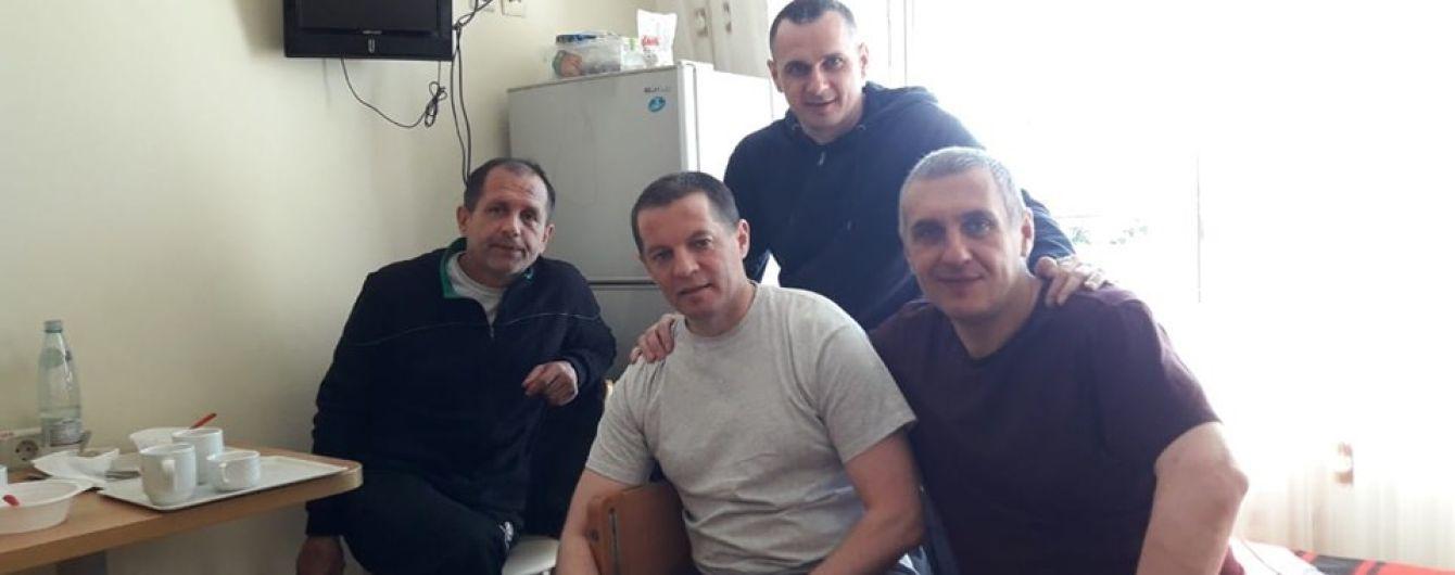 Сенцов відвідав у лікарні звільнених бранців Кремля