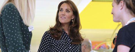 Стильна Кейт Міддлтон у блузці в горошок відвідала центр допомоги молодим матерям