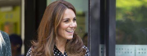 У блузці з принтом polka dot і дешевих сережках: ефектний вихід герцогині Кембриджської
