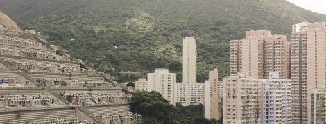 """""""Простір мертвих"""". У Гонконзі людей ховають на вертикальних кладовищах - пояснюємо, чому"""