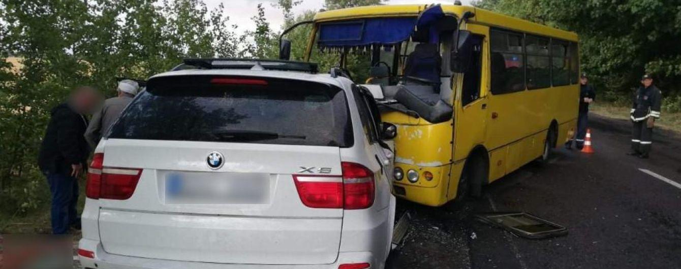 В Черкасской области в аварии автобуса с легковушкой травмировались 10 человек