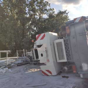 В Киеве перевернулся кран, который работал на реставрации моста