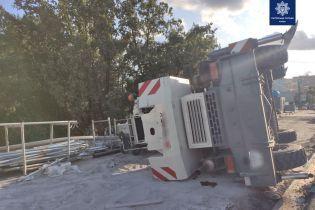 У Києві перекинувся кран, який працював на реставрації мосту