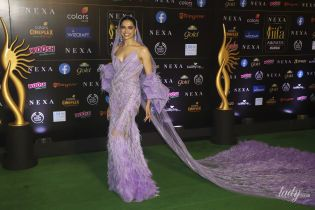 В платье с корсетом и перьями: болливудская звезда Дипика Падуконе на светской церемонии
