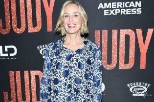 В рубашке с кисточками и бархатных туфлях: Шерон Стоун на премьере фильма в Беверли-Хиллз