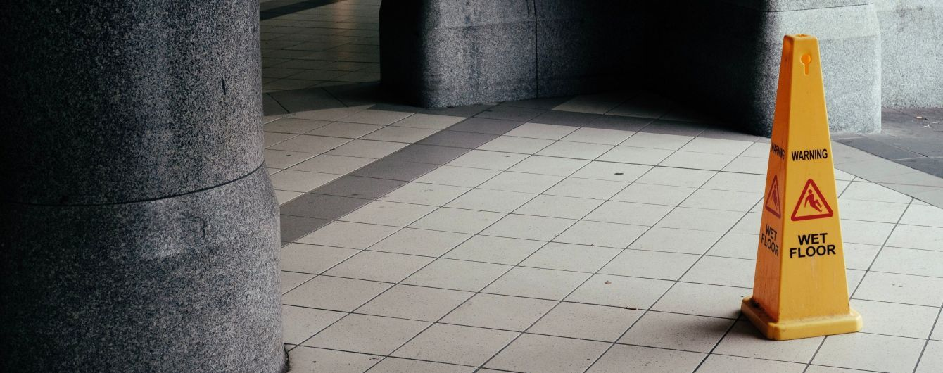 Британець влаштував інтим із попереджувальним конусом просто на вокзалі