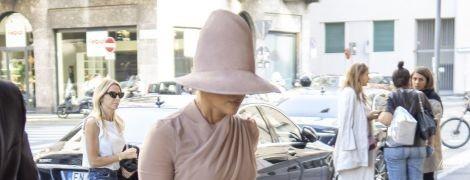Сховалася під капелюхом: кумедний  лук Джей Ло на Міланському тижні моди