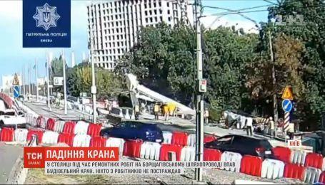 Будівельний кран упав під час ремонтних робіт у Києві
