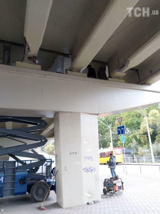 На мосту, що частково обвалився на Нивках, почали ремонтні роботи
