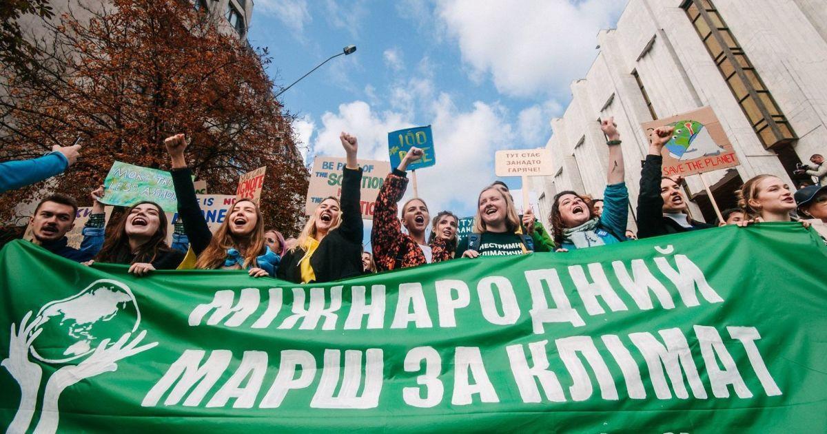 """""""Зелений"""" транспорт та відмова від пластику. Учасники кліматичного страйку передали вимоги до ОП та Кабміну"""