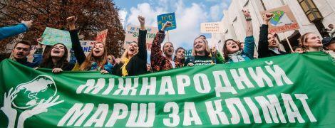 """""""Зеленый"""" транспорт и отказ от пластика. Участники климатического страйка передали требования в ОП и Кабмин"""