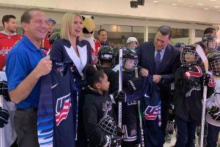 В полосатом костюме и белых туфлях: Иванка Трамп встретилась с детьми