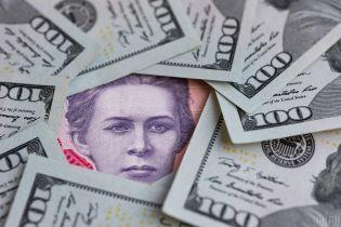 Українці стали менше купувати валюту: чи втримається курс на межі психологічної позначки