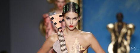 У сукні-гітарі і з червоною помадою: Кая Гербер у незвичайному образі продефілювала подіумом в Мілані