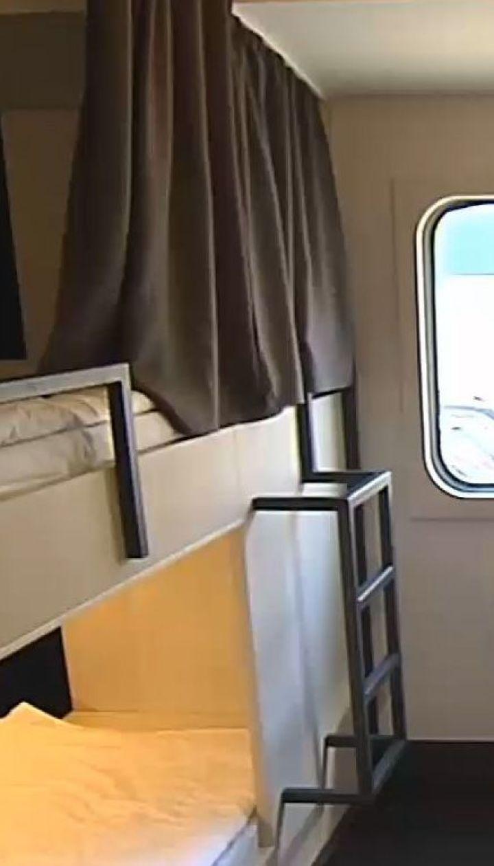 Не як транспорт, а як нічліг: у Києві відкрили хостел у двох колишніх вагонах метро