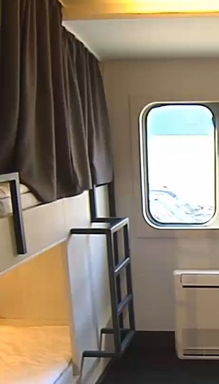 Не как транспорт, а как ночлег: в Киеве открыли хостел в двух бывших вагонах метро
