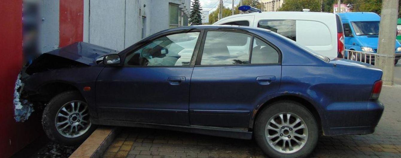 В Черновцах пьяный водитель попал в аварию. Он хотел скрыться с места ДТП и выстрелил в патрульного